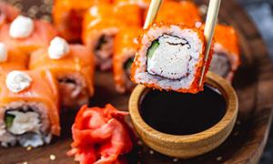 准备蘸酱汁的寿司特写摄影高清图片