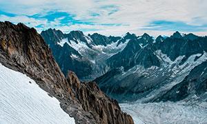 蓝天白云与连绵的山峦摄影高清图片
