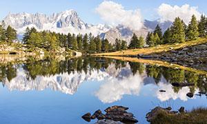 山峰与如镜面般的湖泊摄影高清图片