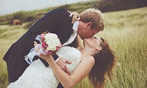 俯身拥抱的幸福恋人婚纱照摄影图片