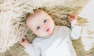 躺在毯子上的可爱宝宝摄影高清图片