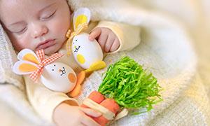 抓着玩具入睡的小宝宝特写高清图片