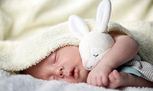 嘴巴微张睡觉的小宝宝摄影高清图片
