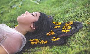 躺在草地上的美女模特摄影高清图片