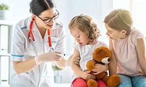 在接种疫苗的可爱女孩摄影高清图片