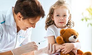 抱着玩具熊打针的女孩摄影高清图片