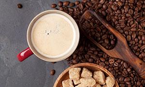 黄冰糖与一杯咖啡特写摄影高清图片