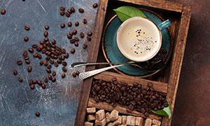 木盒里的糖块与咖啡豆摄影高清图片