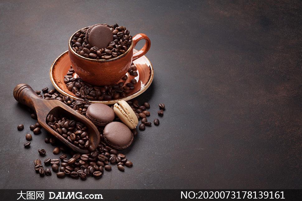 马卡龙饼干与一杯咖啡豆等摄影图片
