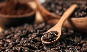 用木勺挖起来的咖啡豆摄影高清图片
