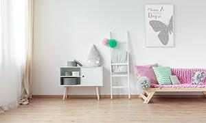 儿童房内的挂画等物品摄影高清图片