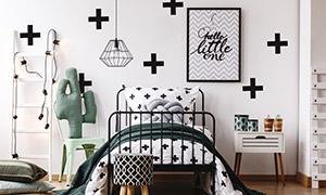 卧室铁艺床与挂画吊灯摄影高清图片