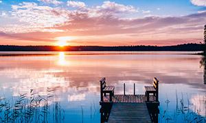 黄昏夕阳下的湖畔风光摄影高清图片