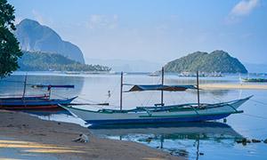 停靠在水边的船只风景摄影高清图片