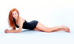 趴着的欧美金发美女摄影图片