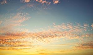 傍晚天空中美丽的霞光摄影图片