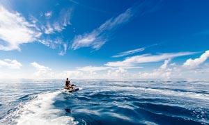 大海中的摩托艇高清摄影图片