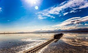 阳光下的茶卡盐湖美景摄影图片