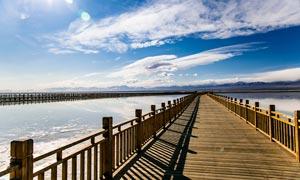 茶卡盐湖湖边木桥景观摄影图片