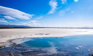 蓝天下的茶卡盐湖美景摄影图片