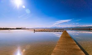 茶卡盐湖上的木桥风景摄影图片