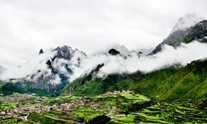 云雾缭绕的扎尕那风景摄影图片