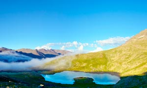蓝天下大山中的湖泊高清摄影图片