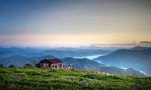 傍晚山顶观景台美丽风光摄影图片