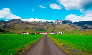 雪山下的乡村和农田摄影图片