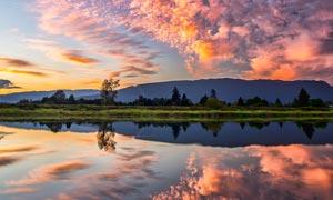 傍晚美丽的彩云和湖泊倒影摄影图片