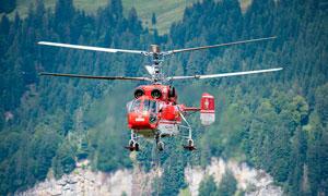 飛行中的紅色救援直升機攝影圖片