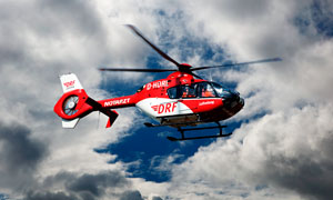 天空中飛行的救援直升機攝影圖片