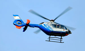 天空中飛行的藍色直升機攝影圖片