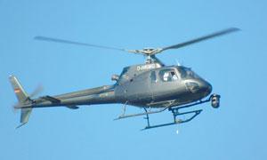 飛行中的小型直升機高清攝影圖片