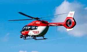 天空中飛行的小型直升機攝影圖片