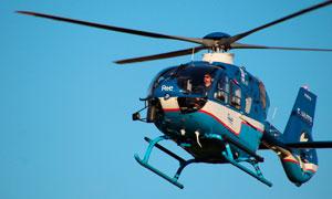 空中飛行的藍色直升機高清攝影圖片