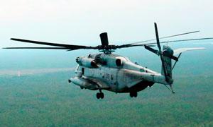 飛行的武裝直升機高清攝影圖片