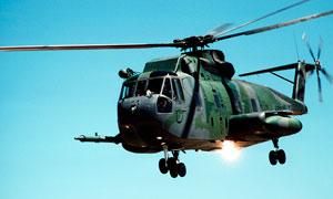 飛行的武裝直升機特寫攝影圖片
