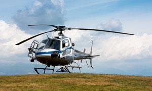 山頂停放的小型直升機攝影圖片