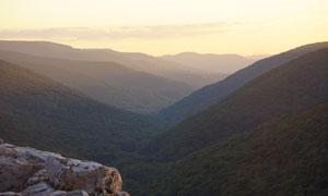落日余晖中的山岭风光摄影高清图片