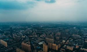 阴云密布下的城市航拍摄影高清图片
