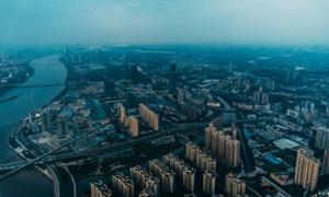 江边的城市建筑群鸟瞰摄影高清图片