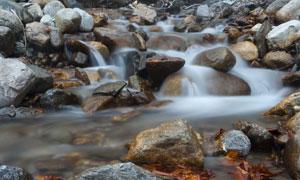 被流水不停冲刷的石头摄影高清图片