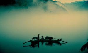 弥漫着雾气的湖面风光摄影高清图片