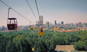 城市建筑群与观光索道缆车高清图片