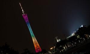 夜晚亮起炫丽灯光的广州塔高清图片