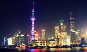開啟景觀照明的地標建筑群高清圖片