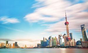 藍天白云與林立的建筑攝影高清圖片
