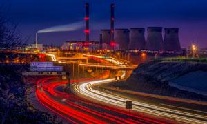 夜晚城市道路与化工厂摄影高清图片