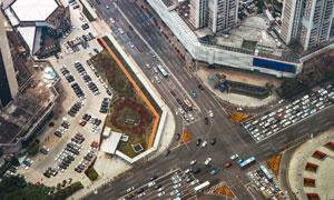 城市十字路口交通状况俯瞰高清图片